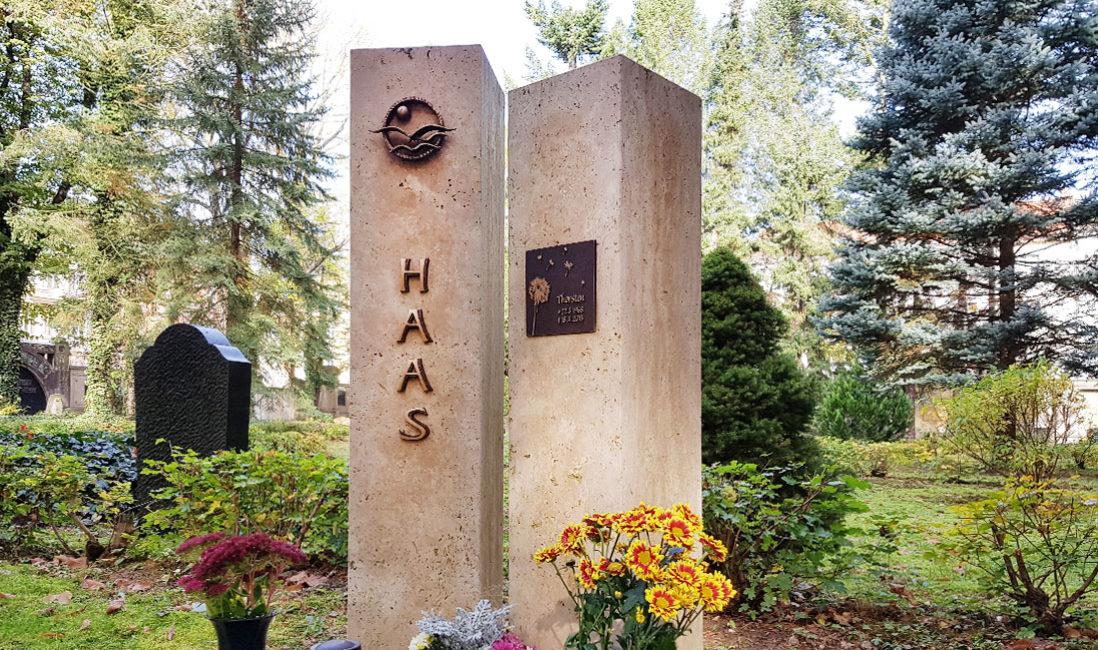 Zweiteilig Grabmal Kalkstein Bronzerelief Familiengrabstelle Einfassung Südriedhof Gera
