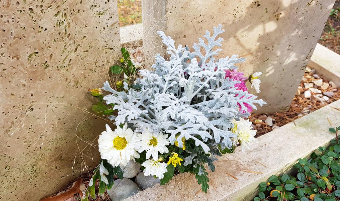 Zweiteilig Grabmal Kalkstein Bronzerelief Familiengrabstelle Einfassung Südriedhof Gera Bepflanzung