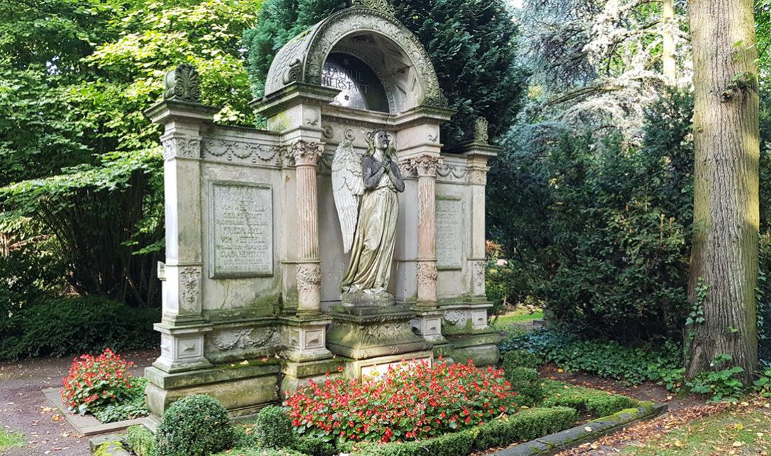historischer Grabstein mit Engel Familiengrabstätte Sandstein Köln Friedhof Melaten