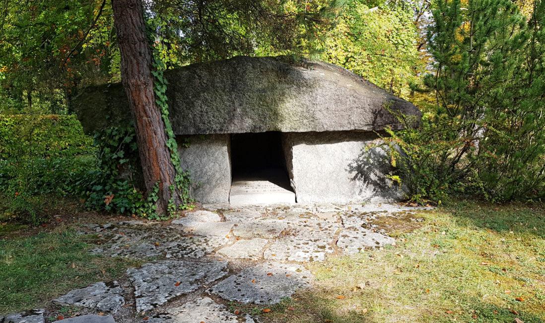 historisches Megalith Großsteingrab Familiengrabstelle Besonderes Grab Otto Schott  Granit Nordfriedhof Jena