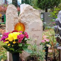 Urnengrab Gestaltung Herbst Grabstein rustikal Glaseinsatz Sonne Weimar Hauptfriedhof Steinmetz