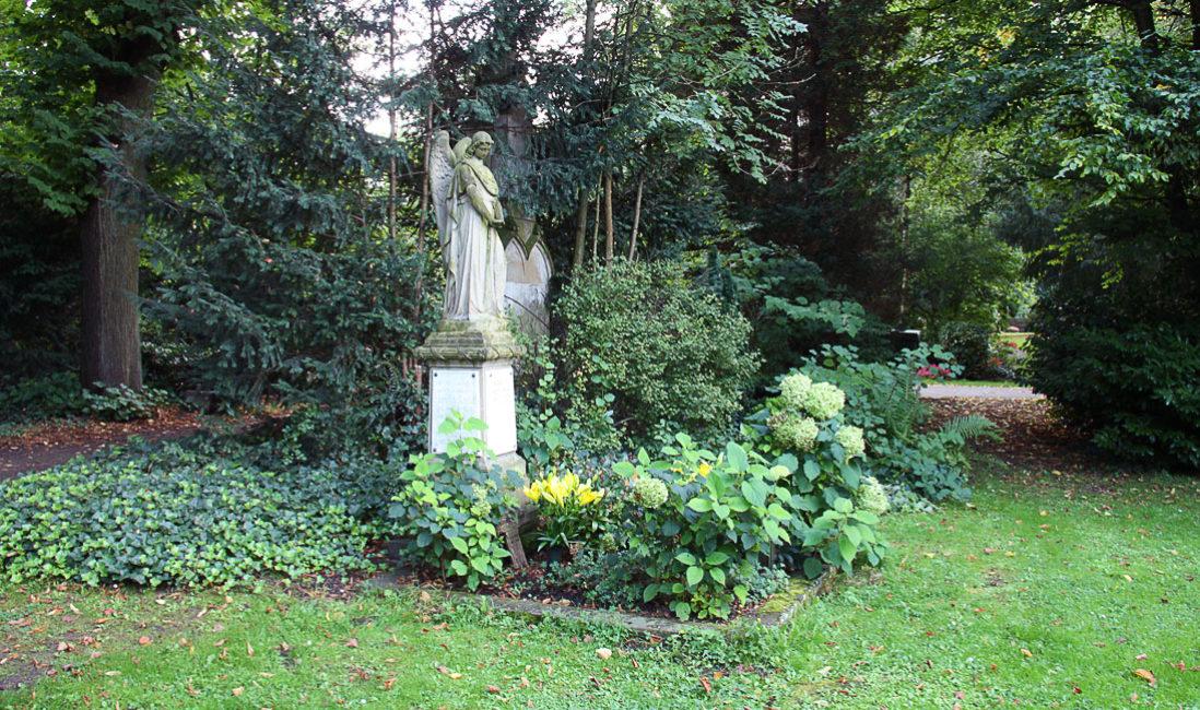 Einzelgrabstein mit Engel historische Grabanalge Sandstein Köln Melatenfriedhof