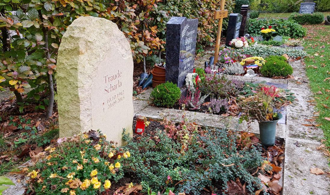 Urnengrab naturbelassene Grabsteine Findlinge Felsen Rustikal natürlich Sandstein Kosten Preise online bestellen Beispiel Bilder Muster kaufen Weimar Hauptfriedhof