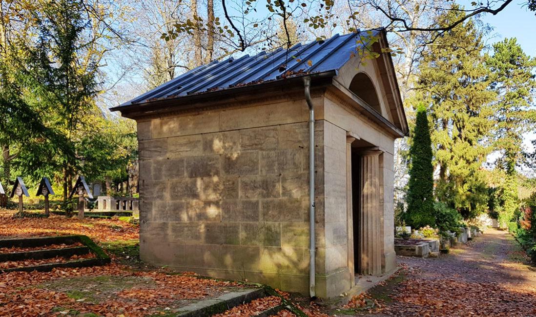 historische Grabstätte Grabtempel  Familiengrab Grabstein Ernst Wildenbruch Sandstein Weimar Hauptfriedhof Seitenansicht