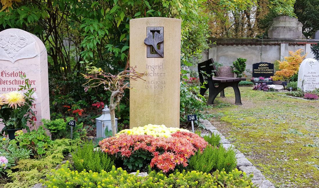 Schöne Gräber Urnengrab bepflanzen Gestaltung Grabstein Gingko Blatt Bronze Deko Bepflanzung Bodendecker Immergrün blühend Herbst Sommer Friedhof Saalfeld Thüringen