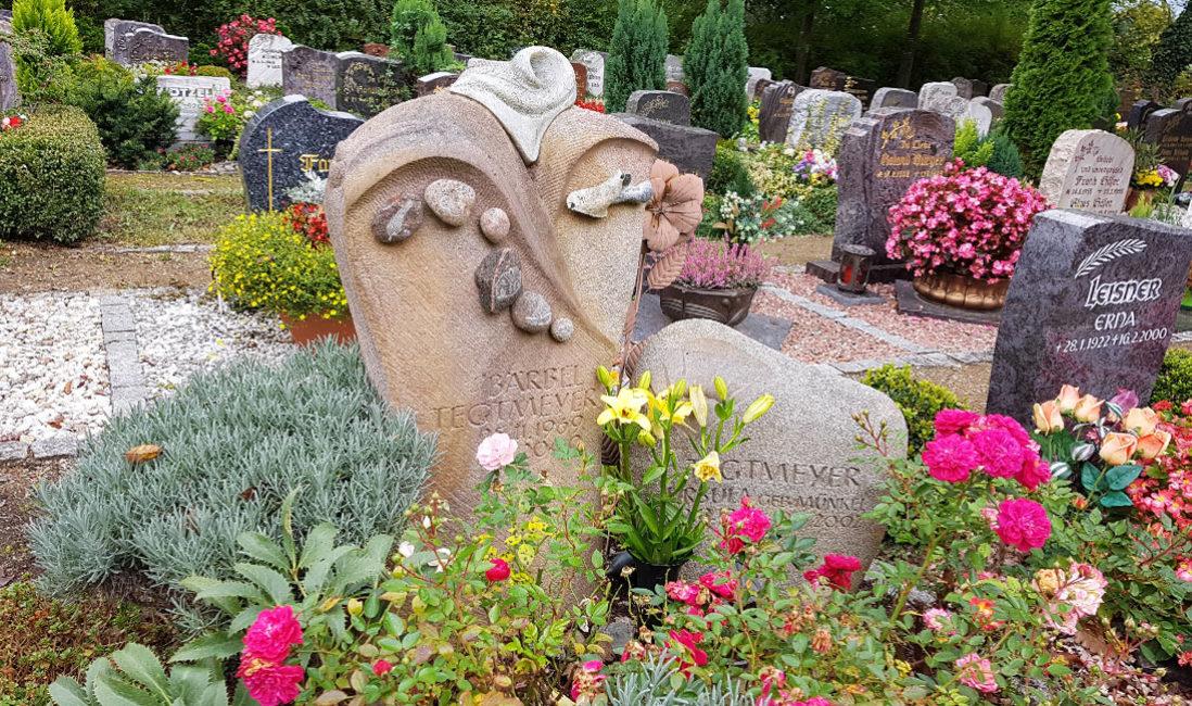 Grabstein Sandstein Kieselstein Gestaltung Grab Pflanzen Rosen Friedhof Saalfeld Thüringen