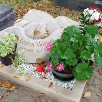 Schöne Urnengrab Gestaltung Urnengrabstein Liegeplatte Liegestein Kalkstein Sonnenblume Kies pflegeleicht wenig Aufwand Beispiel Ideen Fotos Bilder Gestaltung