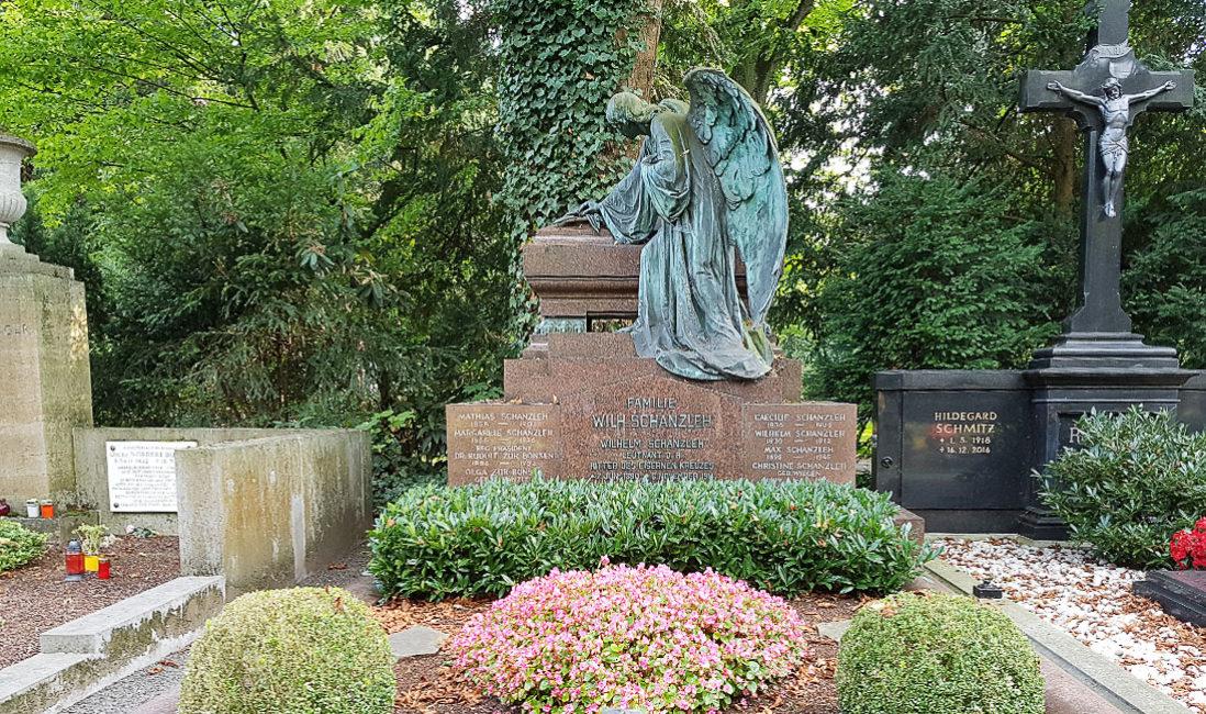historische Familiengrabstätte mit Gruft Engelgrabstein Bronze Granit Köln Melaten Friedhof Gesamtanlage
