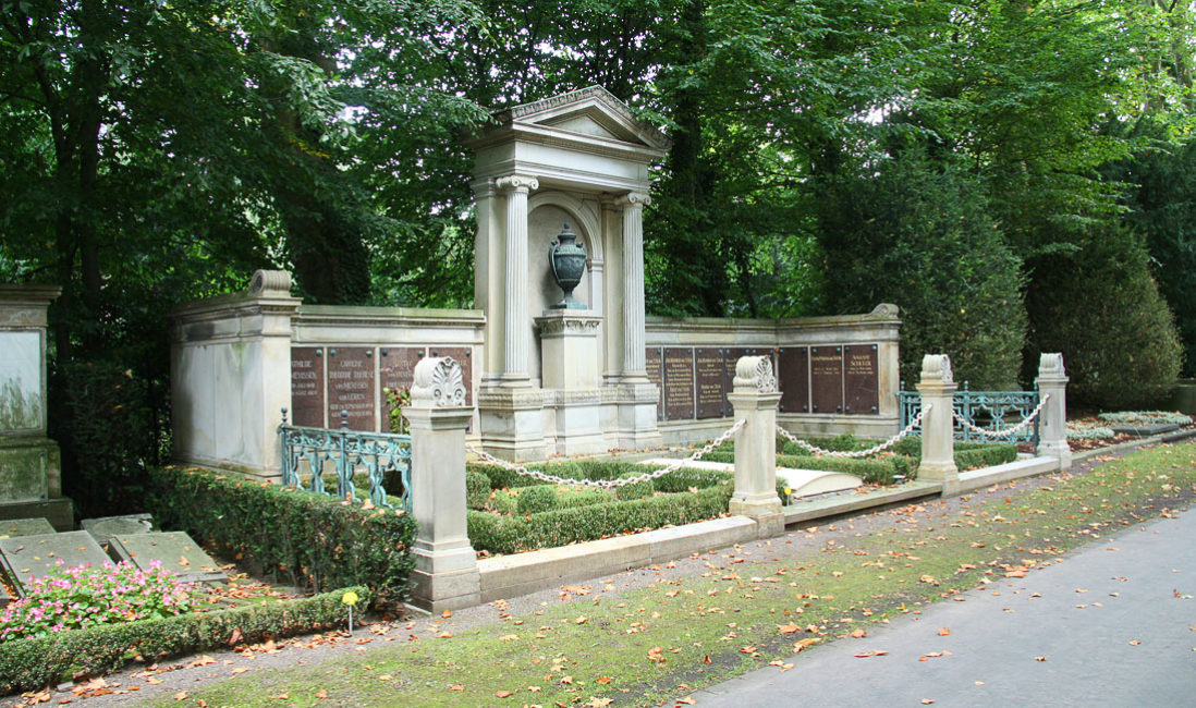 historischer Grabtempel Familiengrablege Gruft Sandstein Bronze Melatenfriedhof Köln