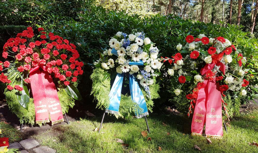 Grabmal Einzelgrabstätte Willy Brandt Naturstein Waldfriedhof Zehlendorf Berlin Ehrenkränze
