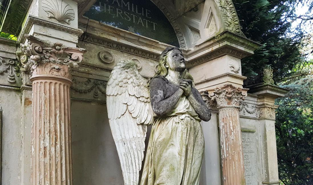 historischer Grabstein mit Engel Familiengrabstätte Sandstein Köln Friedhof Melaten Nahaufnahme