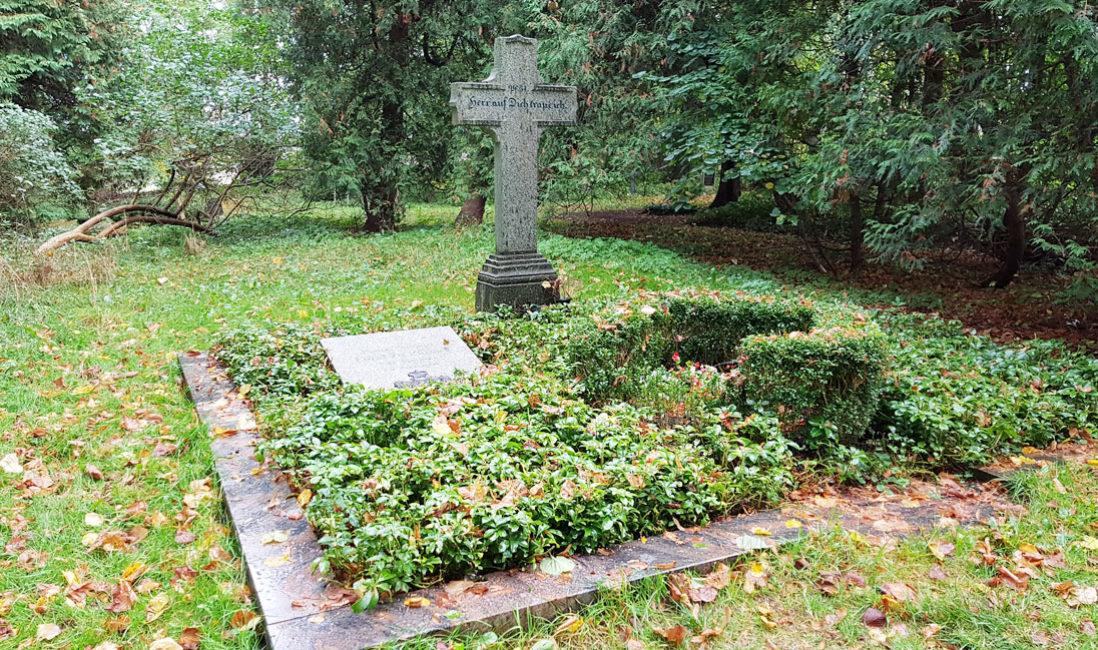 berühmt Einzelgrabmal Grabplatte Franz Wilhelm Fürst zu Putbus Granit St. Maria Magdalena Friedhof Vilmnitz