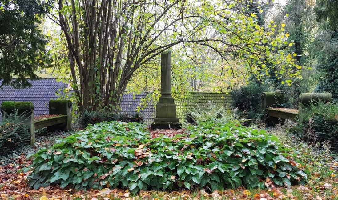 Grabstätte mit antiker Säule Grabanlage Grabstein Georg Haar Sandstein Hauptfriedhof WeimarBepflanzung