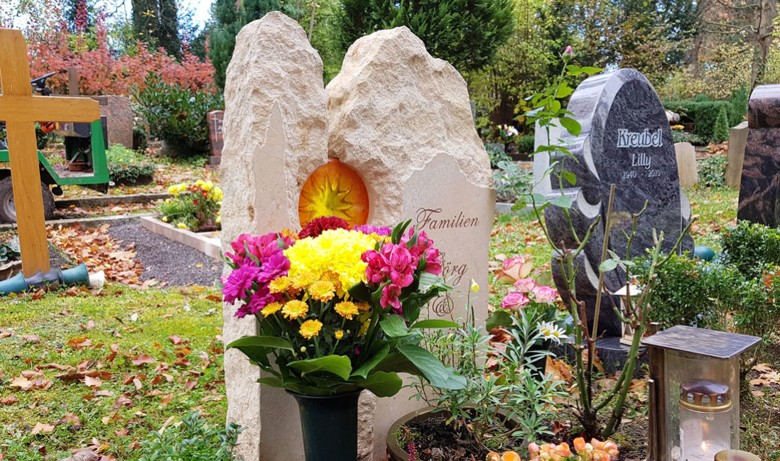 Urnengrabstelle Urnengrabmal Sandstein Glas Element Sonne Glaseinsatz Deko Grabschmuck Grabdeko Weimar Friedhof