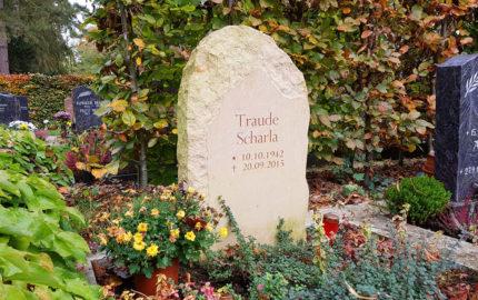 Urnengrabstein aus Sandstein für ein Reihengrab auf dem Hauptfriedhof in Weimar