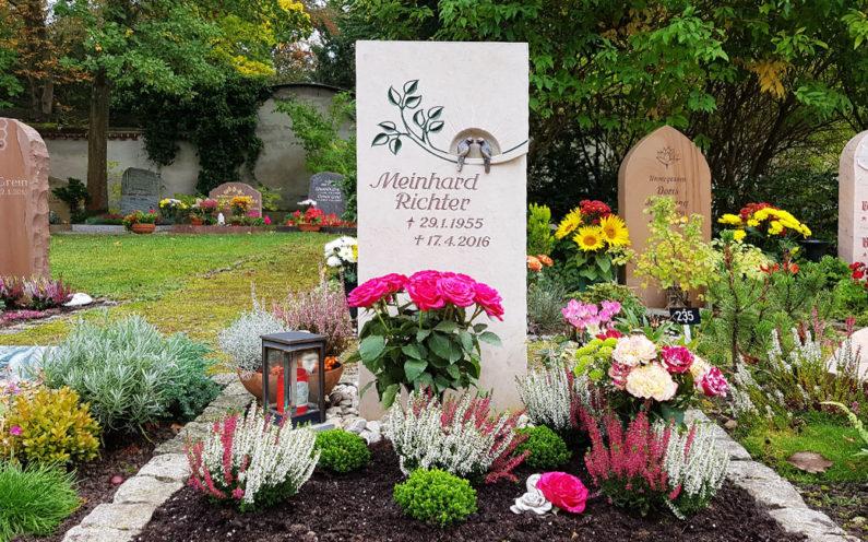 Saalfeld Hauptfriedhof Urnengrabmal Richter - 1
