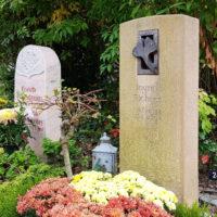 Urnengrabgestaltung Urnengrabbepflanzung Herbst Sommer Grabstein Gingko Blatt Kalkstein Bodendecker blühende Friedhofspflanzen Saalfeld Friedhof Thüringen