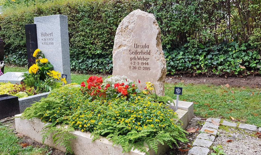 Urnengrab mit Grabstein Felsen Findling rustikal naturbelassen natürlich Gestaltung Bepflanzung Sommer Herbst Blumen Bodendecker Hauptfriedhof Saalfeld