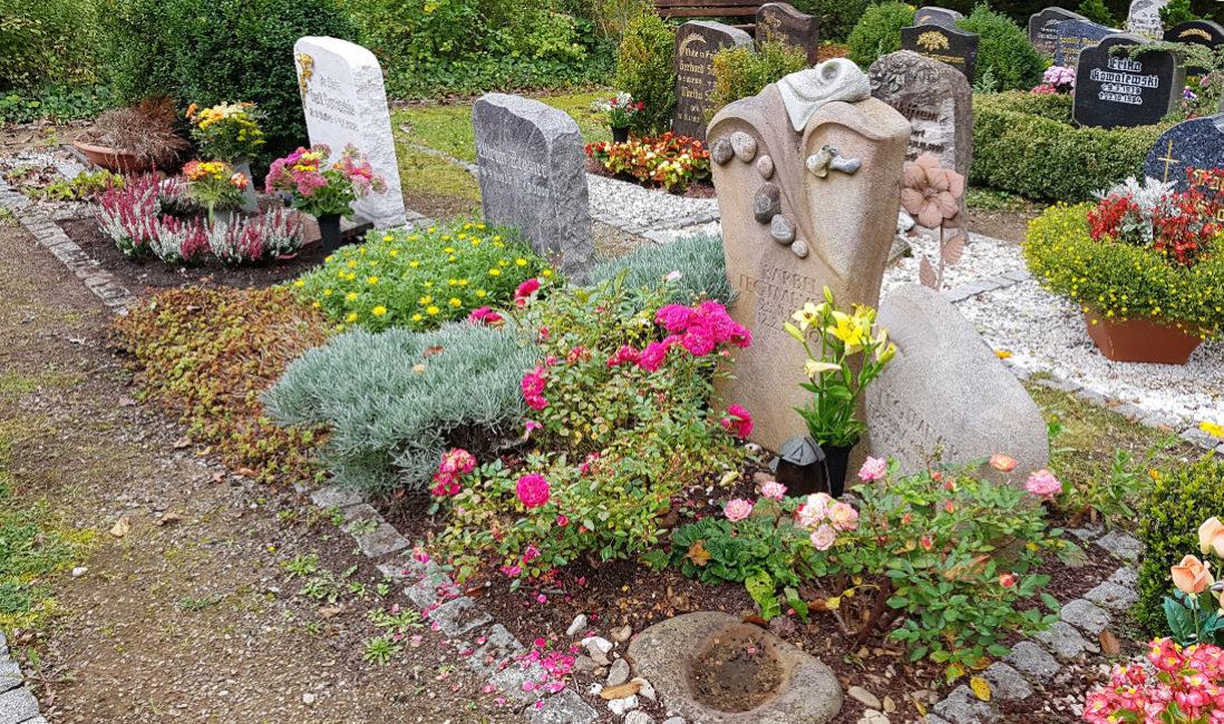 Grabsteine Kieselsteine Grabgestaltung Rosen Mulch Beispiel Idee Foto Friedhof Saalfeld Thüringen