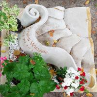 Urnengrabstein mit Einfassung Liegeplatte Liegestein für Urnengrab Gestaltung Design schön stilvoll Pflegeleichte Grabgestaltung mit Kies Friedhof Saalfeld