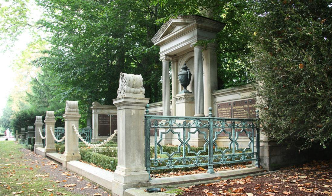 historischer Grabtempel Familiengrablege Gruft Sandstein Bronze Melatenfriedhof Köln Seitenansicht