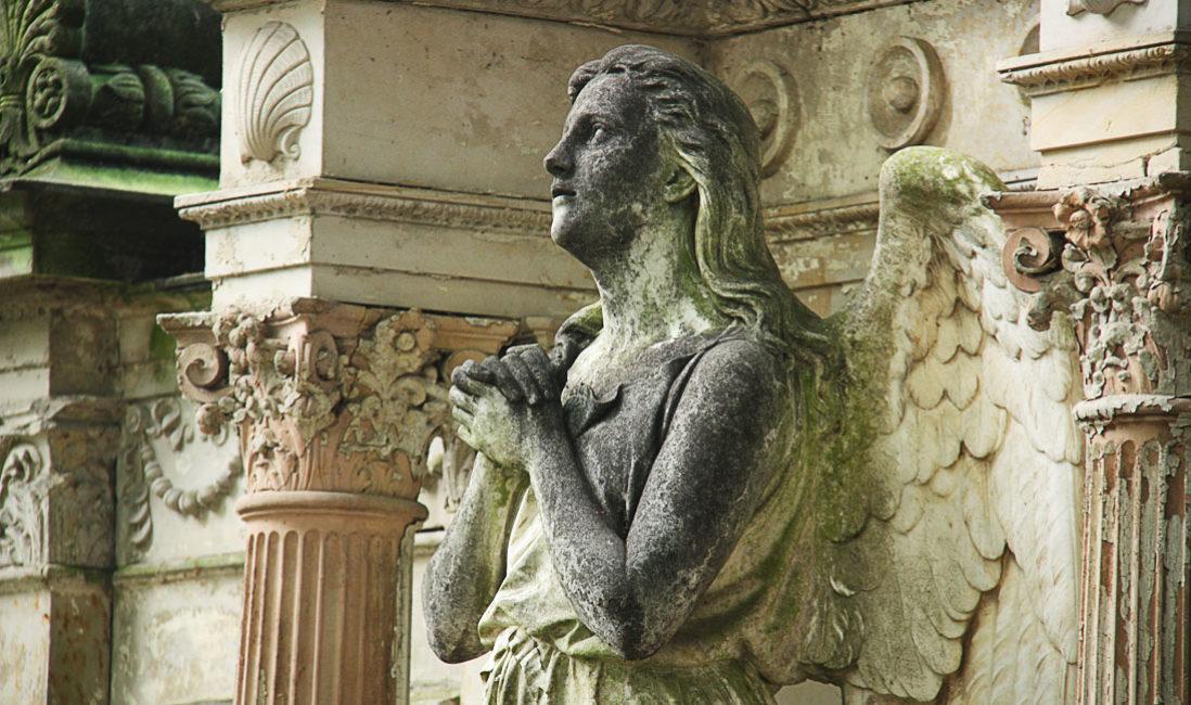 historischer Grabstein mit Engel Familiengrabstätte Sandstein Köln Friedhof Melaten Detail