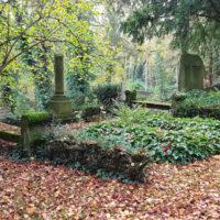 Notar Georg Haar Weimar Grabstätte mit antiker Säule Sitzbank Antik historisch Sandstein Weimar Hauptfriedhof