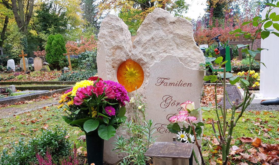 Sandstein Urnengrab Grabstein Glaselement Sonne Motiv Glasguss zweiteilig Weimar Friedhof Steinmetz