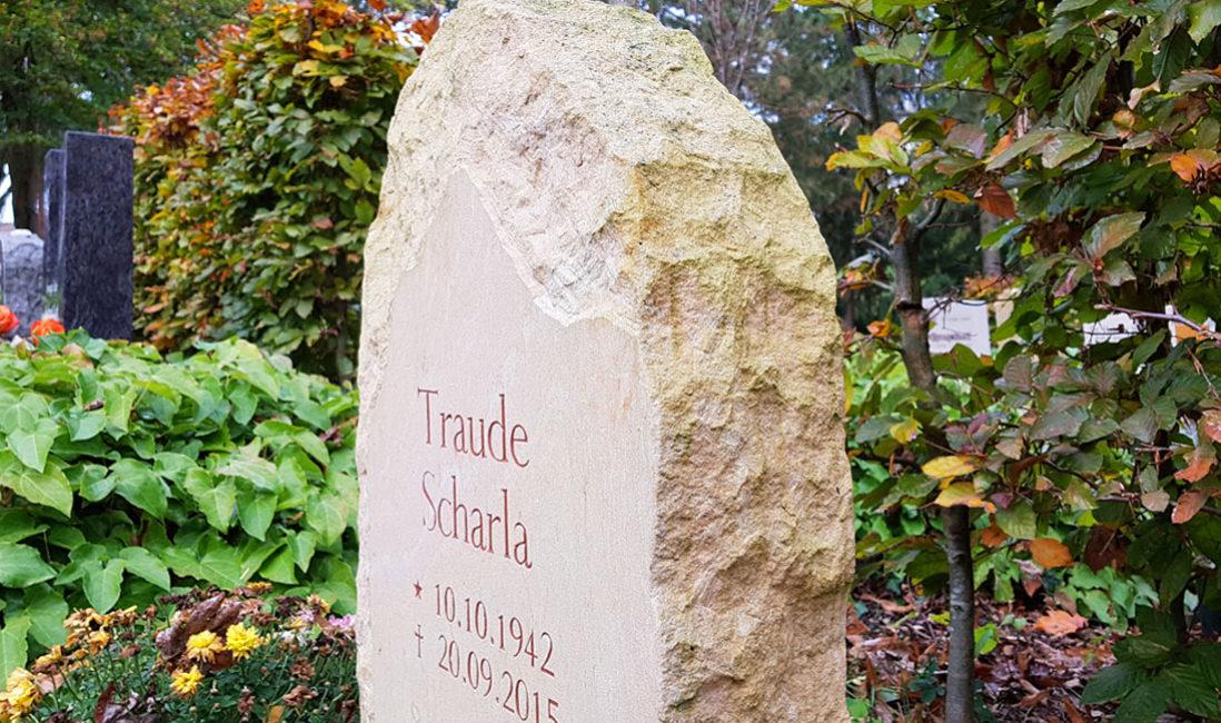 Rustikaler Felsen Findling Grabstein für Urnengrab natürlich naturbelassen Beispiel Bild Foto kaufen bestellen Weimar Hauptfriedhof