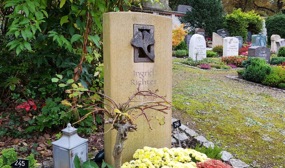 Urnengrabstein Gingko Blatt Bronze Urnengrab heller Kalkstein Friedhof Saalfeld Thüringen