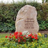 Grabstein Felsen Findling Urnengrab Naturstein Kalkstein Grabbepflanzung Sommer Bodendecker Beispiel Idee Fotos Friedhof Saalfeld