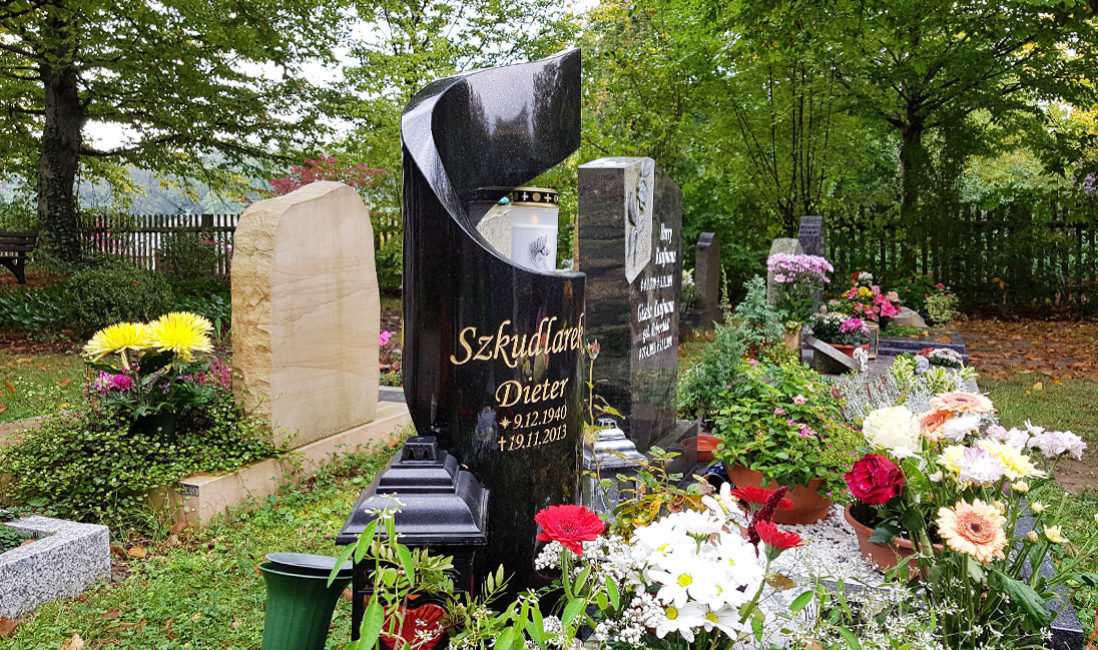 Grabstein geschwungen Granit Urnengrab poliert Hauptfriedhof Saalfeld Seitenansicht