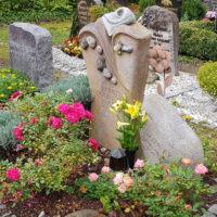 Besondere Grabbepflanzung & Grabgestaltung mit Rosen Sandstein Grabstein mit Kiesel