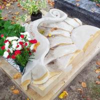 Design Urnengrab mit Einfassung und Liegestein Liegeplatte Kalkstein Sonnenblume Friedhof Saalfeld