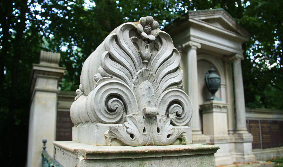 historischer Grabtempel Familiengrablege Gruft Sandstein Bronze Melatenfriedhof Köln Detail