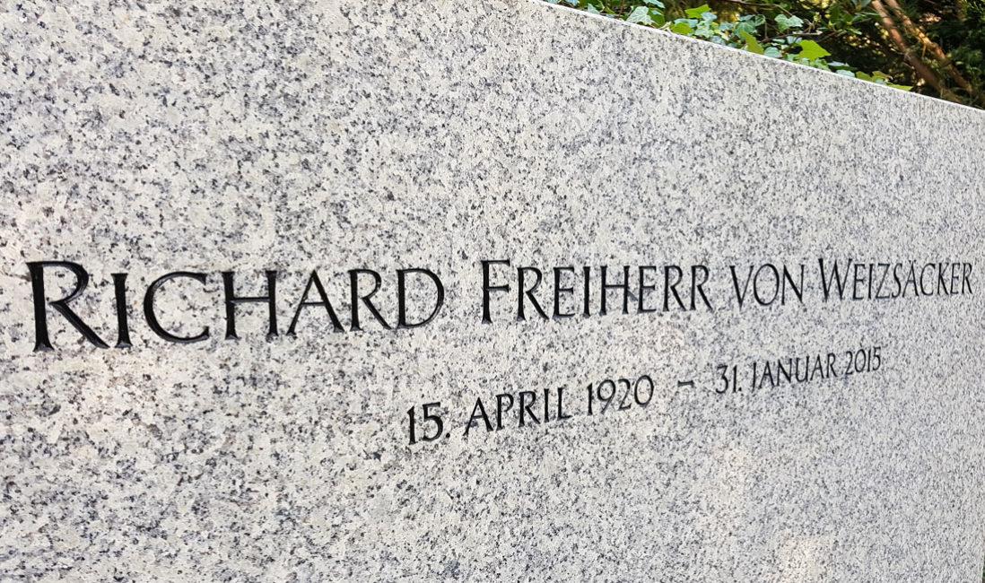 berühmte Grabanlage Grabstein Weizsäcker Granit Waldfriedhof Dahlem Berlin Detail