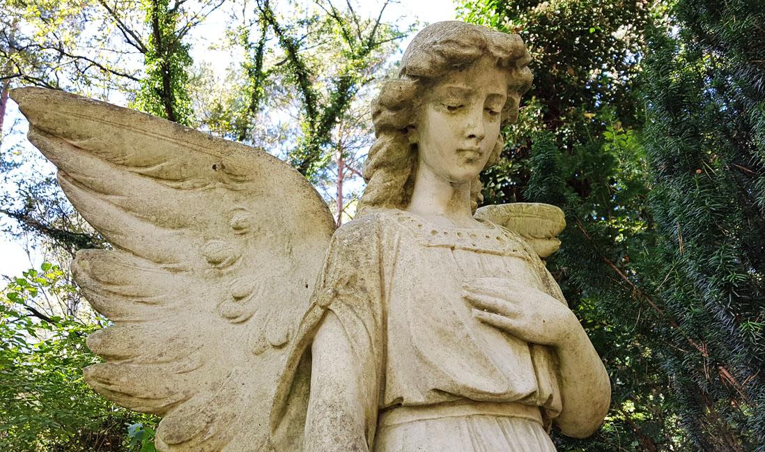 Besonders filigran gestaltete Engel sind beliebte Grabfiguren. © Stilvolle-Grabsteine.de