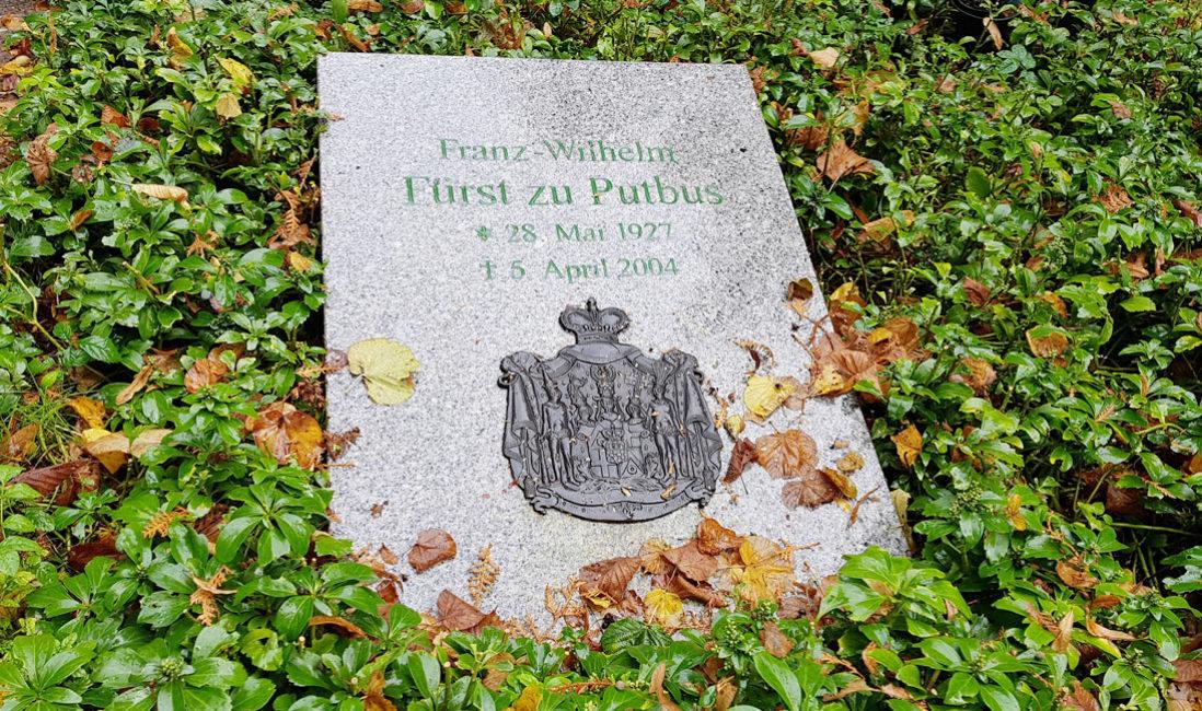 berühmt Einzelgrabmal Grabplatte Franz Wilhelm Fürst zu Putbus Granit St. Maria Magdalena Friedhof Vilmnitz Grabplatte