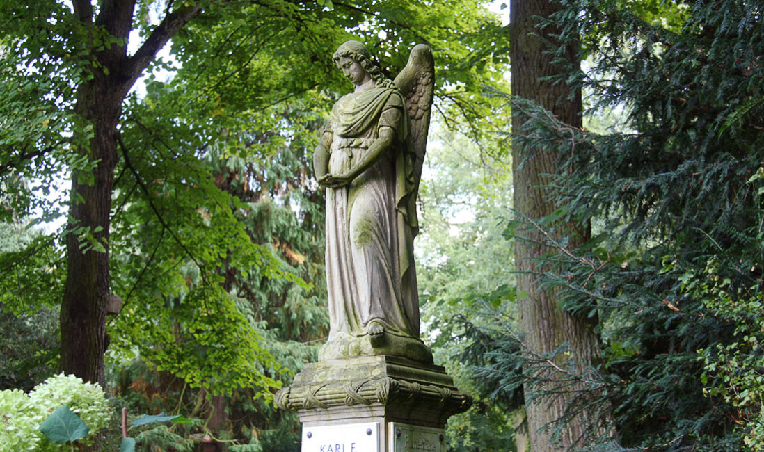 Einzelgrabstein mit Engel historische Grabanalge Sandstein Köln Melatenfriedhof Nahaufnahme