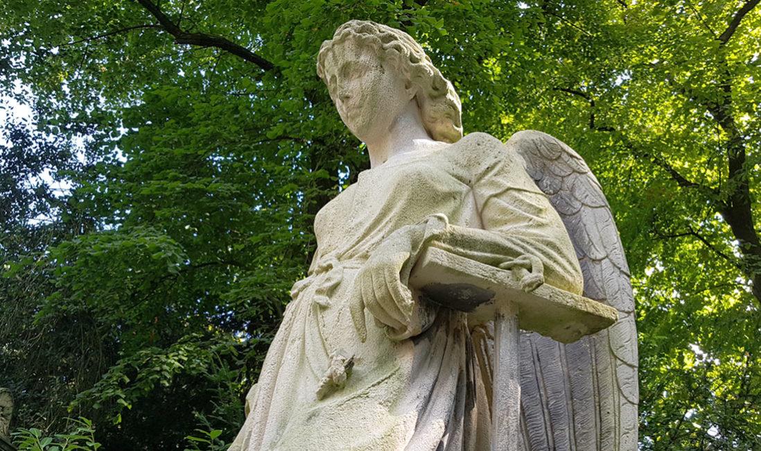 Grabstein Engel Einzelgrabstelle Sandstein Köln Melatenfriedhof Perspektive