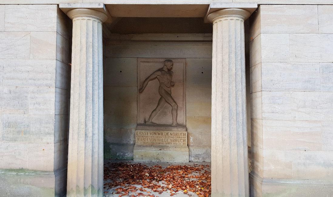historische Grabstätte Grabtempel  Familiengrab Grabstein Ernst Wildenbruch Sandstein Weimar HauptfriedhofRelief