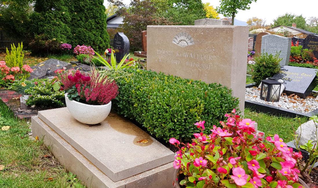 Doppelgrabstein Kalkstein Urnengrabanlage Hauptfriedhof Saalfeld Seitenansicht