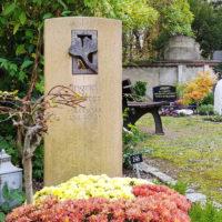 Urnengrabbepflanzung mit blühenden Bodendeckern Grabstein Gingko Blatt Bronze Symbol Baum Grabgestaltung Saalfeld Steinmetz Thüringen