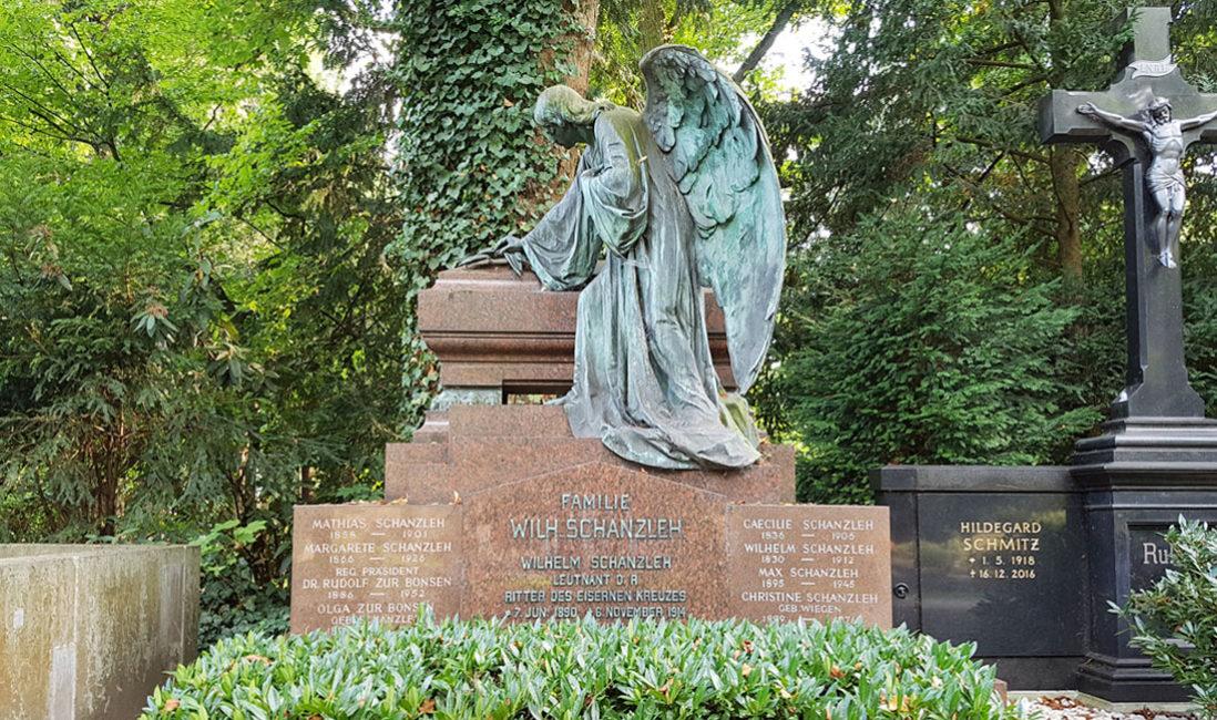 historische Familiengrabstätte mit Gruft Engelgrabstein Bronze Granit Köln Melaten Friedhof