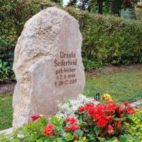 Rustikaler Grabstein Findling Felsen Naturstein Naturbelassene Urnengrab Gestaltung Sommer Herbst Friedhof Saalfeld