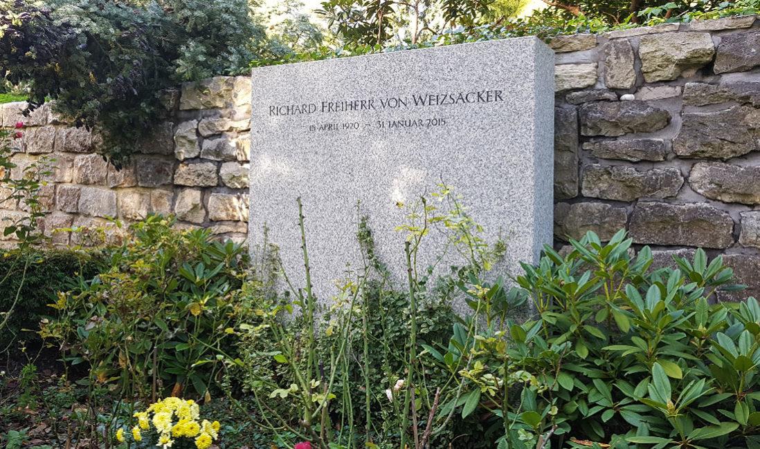 berühmte Grabanlage Grabstein Weizsäcker Granit Waldfriedhof Dahlem Berlin