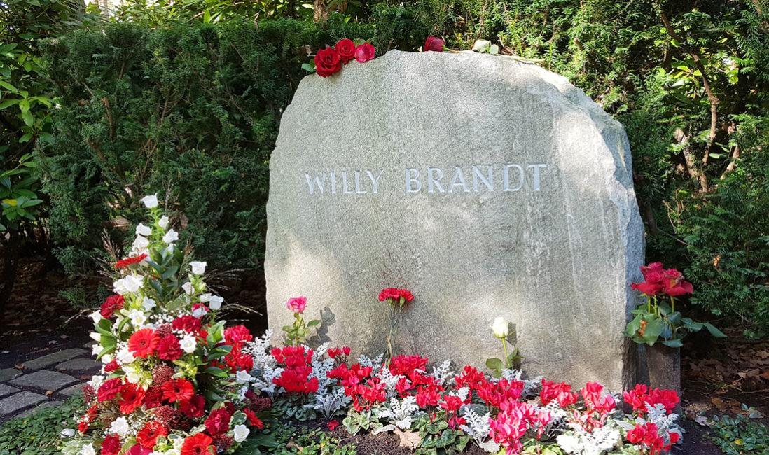 Grabmal Einzelgrabstätte Willy Brandt Naturstein Waldfriedhof Zehlendorf Berlin Detail
