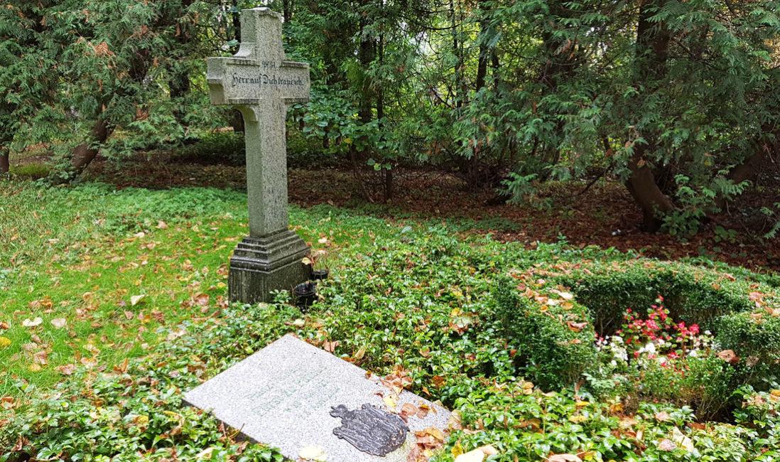 berühmt Einzelgrabmal Grabplatte Franz Wilhelm Fürst zu Putbus Granit St. Maria Magdalena Friedhof Vilmnitz Seitenansicht