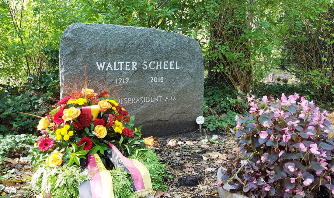 Einzelgrab Grabstein berühmt Walter Scheel Granit Waldfriedhof Zehlendorf Berlin