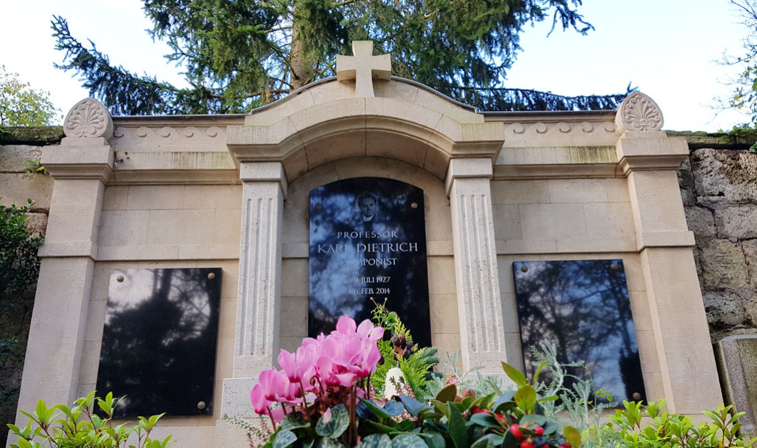 Historische Antike Grabanlage Familiengrabstein Grabstein Karl Dietrich Sandstein  Grabwand Hauptfriedhof Weimar Perspektive